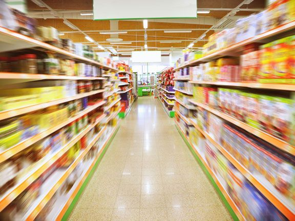 Breiter Gang in einem Supermarkt