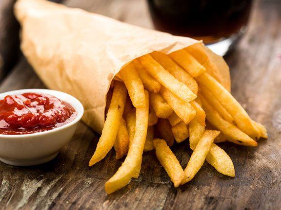 Pommes Frites mit Ketchup