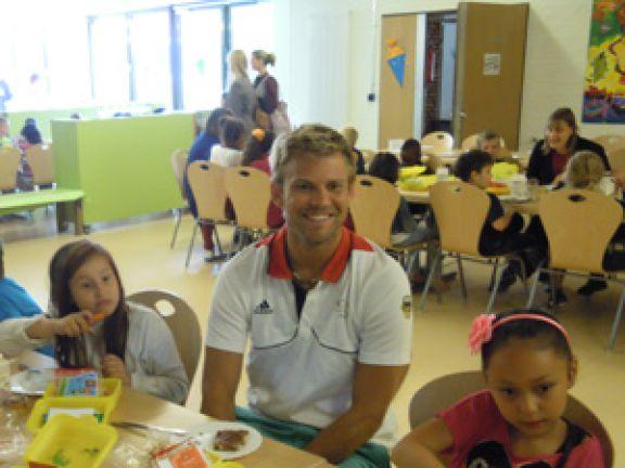 Moritz Fürste beim Frühstück mit Grundschülern
