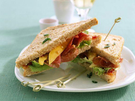 Sandwich mit Putensalami und Mango