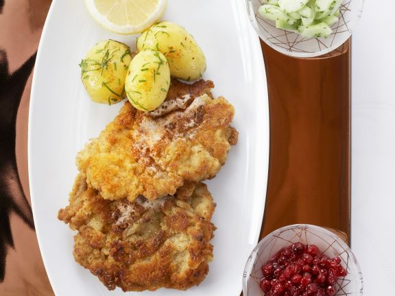 wiener schnitzel mit kartoffeln und gurkensalat rezept eat smarter. Black Bedroom Furniture Sets. Home Design Ideas
