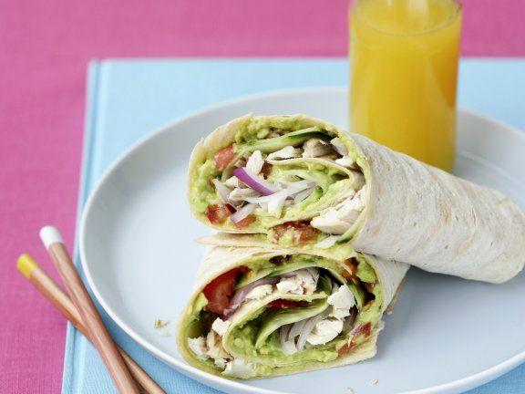 Wraps mit Hähnchenbrust und Salat gefüllt
