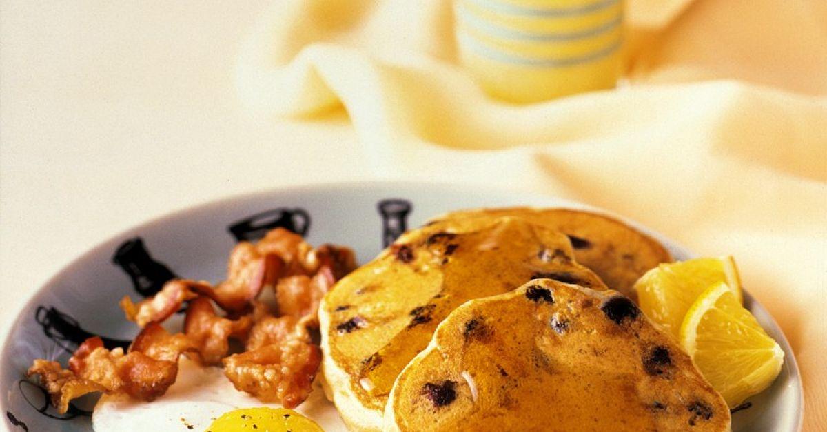 amerikanische pfannkuchen mit spiegelei bacon und sirup rezept eat smarter. Black Bedroom Furniture Sets. Home Design Ideas