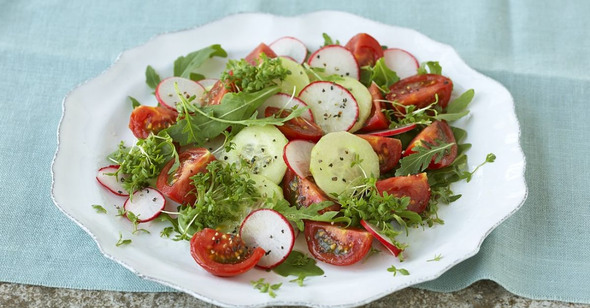 bunter salat mit radieschen und tomaten rezept eat smarter. Black Bedroom Furniture Sets. Home Design Ideas