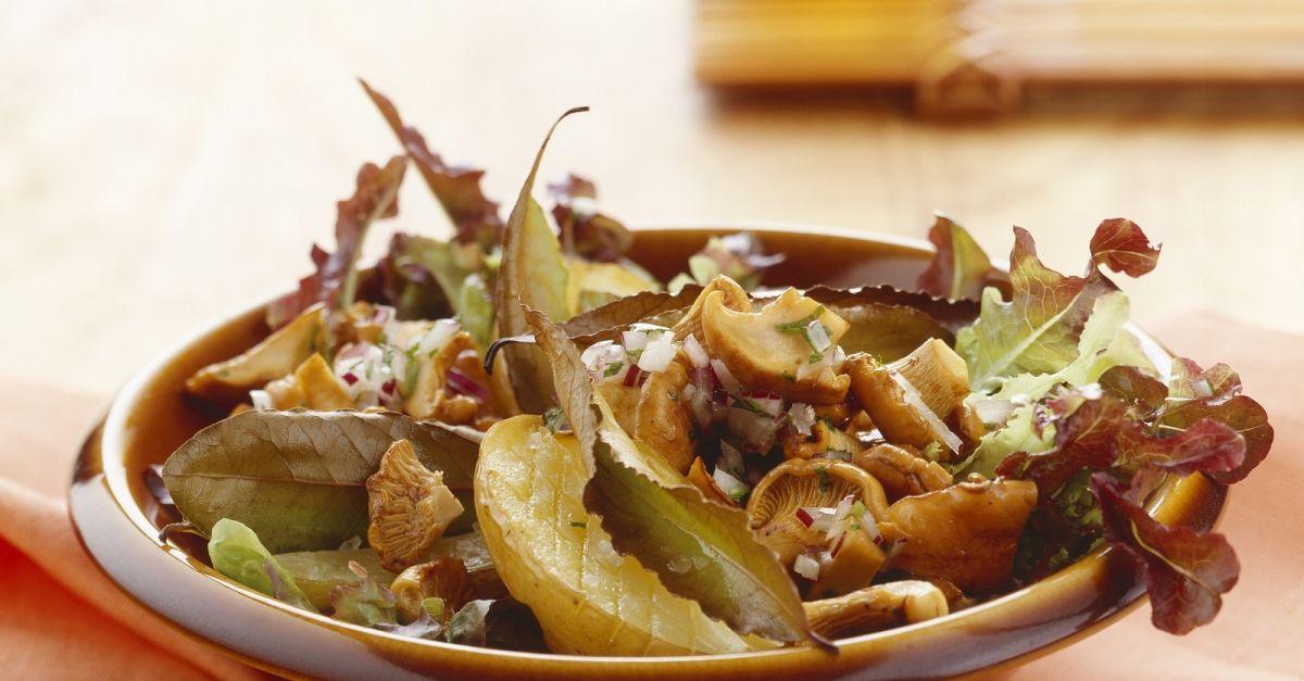 herbstlicher salat mit pfifferlingen rezept eat smarter. Black Bedroom Furniture Sets. Home Design Ideas