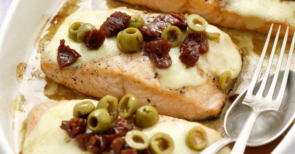 lachsfilet mit mozzarella getrockneten tomaten und oliven rezept eat smarter. Black Bedroom Furniture Sets. Home Design Ideas