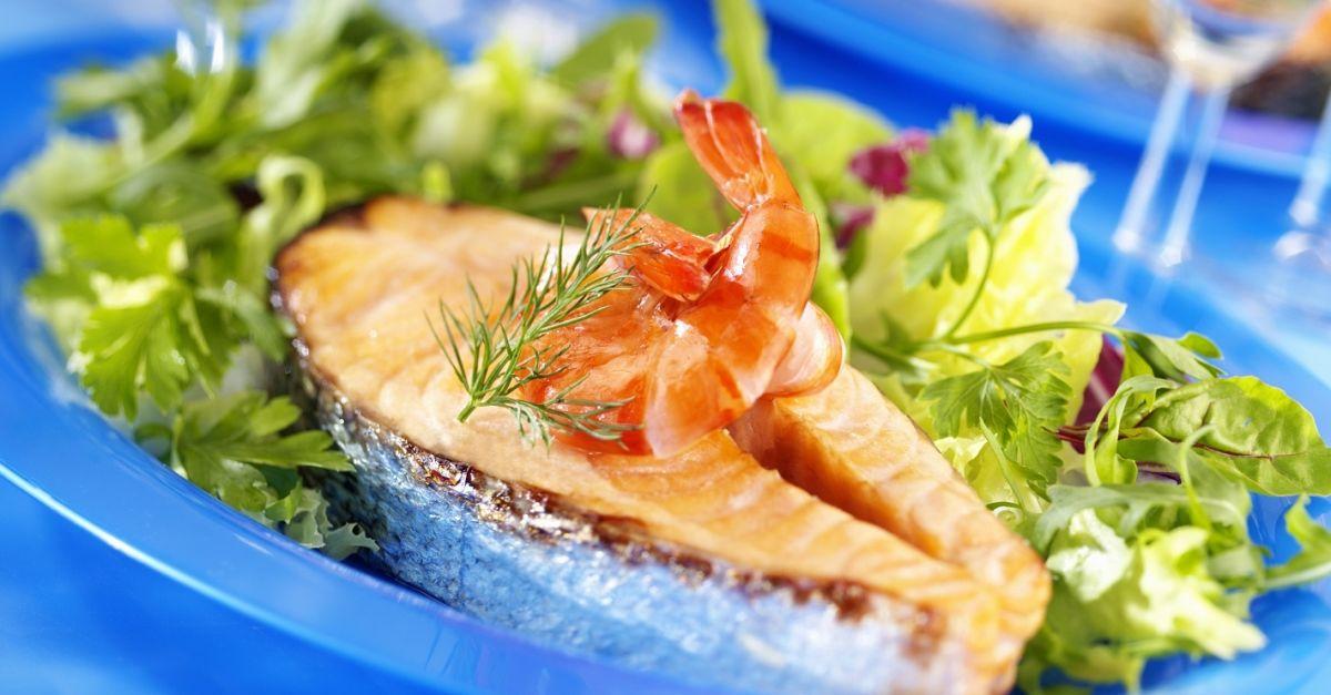 lachssteak mit shrimps und salat rezept eat smarter. Black Bedroom Furniture Sets. Home Design Ideas
