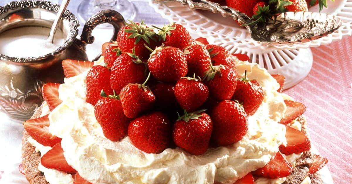 nuss baiser torte mit erdbeeren rezept eat smarter. Black Bedroom Furniture Sets. Home Design Ideas