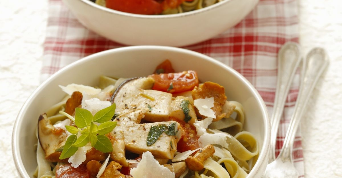 pasta mit pilz tomaten sugo rezept eat smarter. Black Bedroom Furniture Sets. Home Design Ideas