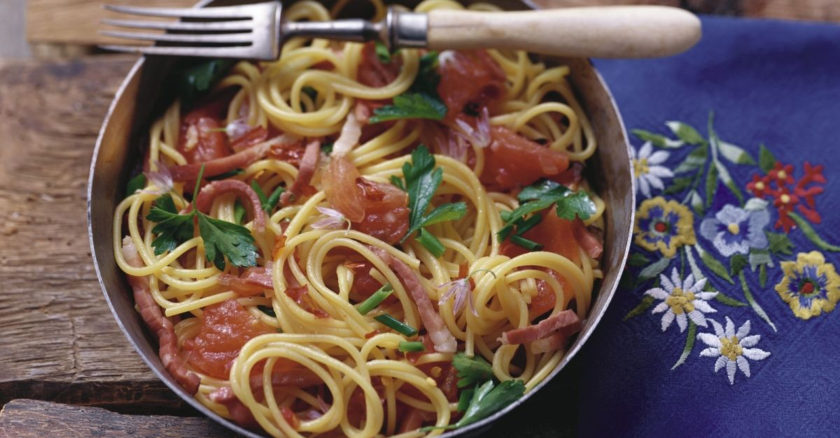 pasta mit tomaten speck so e rezept eat smarter. Black Bedroom Furniture Sets. Home Design Ideas