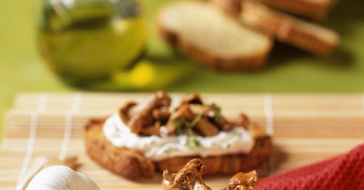 pfifferling crostini aglio olio rezept eat smarter. Black Bedroom Furniture Sets. Home Design Ideas