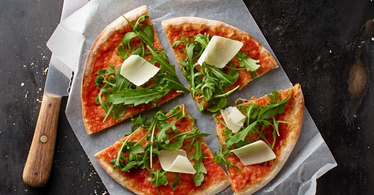 pizza mit tomaten rucola und parmesan rezept eat smarter. Black Bedroom Furniture Sets. Home Design Ideas