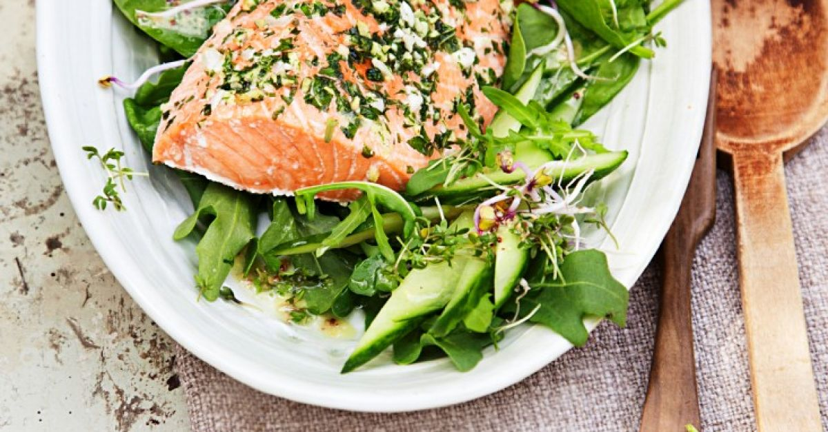 salat mit gebackenem lachs rezept eat smarter. Black Bedroom Furniture Sets. Home Design Ideas