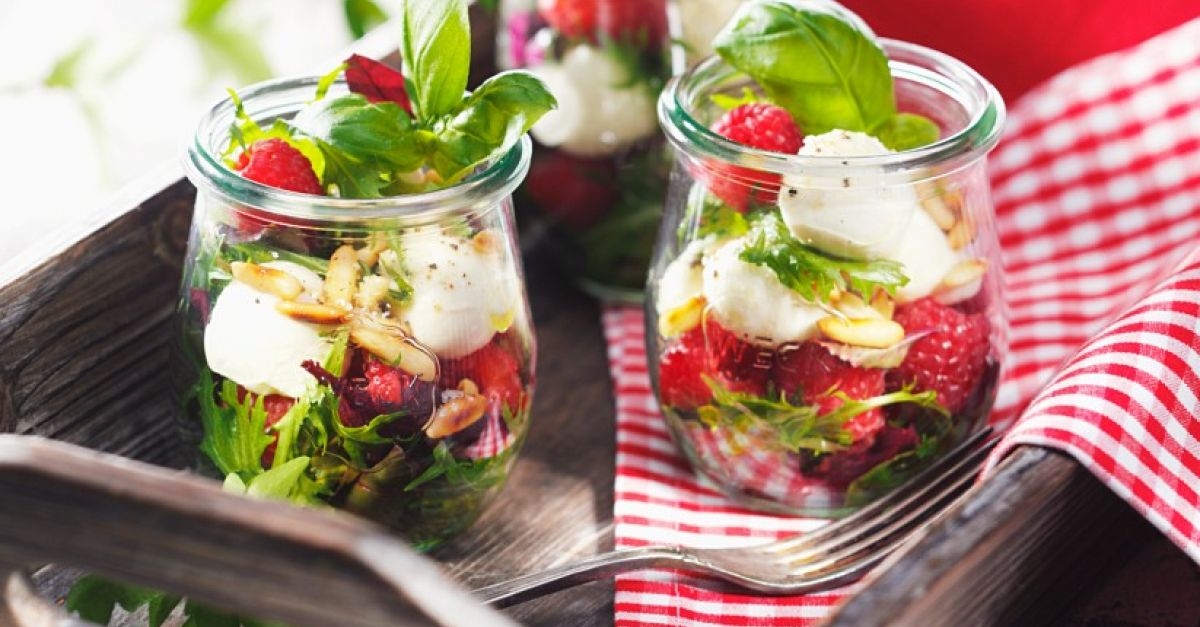 salat mit himbeeren mozzarella und pinienkernen rezept eat smarter. Black Bedroom Furniture Sets. Home Design Ideas