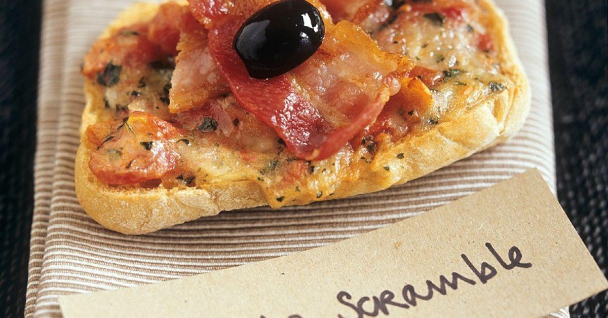 tomaten k se toast mit speck und olive rezept eat smarter. Black Bedroom Furniture Sets. Home Design Ideas