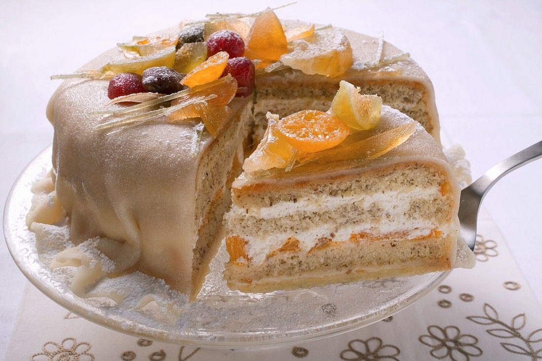 Kuchen mit marzipan und fruchten