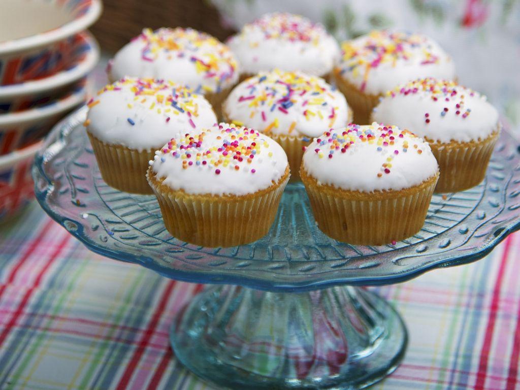 muffins mit zuckerguss rezept eat smarter. Black Bedroom Furniture Sets. Home Design Ideas