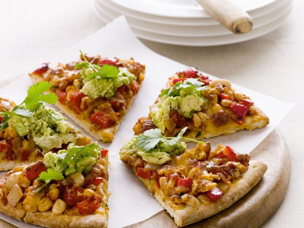 pizza mit mais paprika und avocadocreme rezept eat smarter. Black Bedroom Furniture Sets. Home Design Ideas