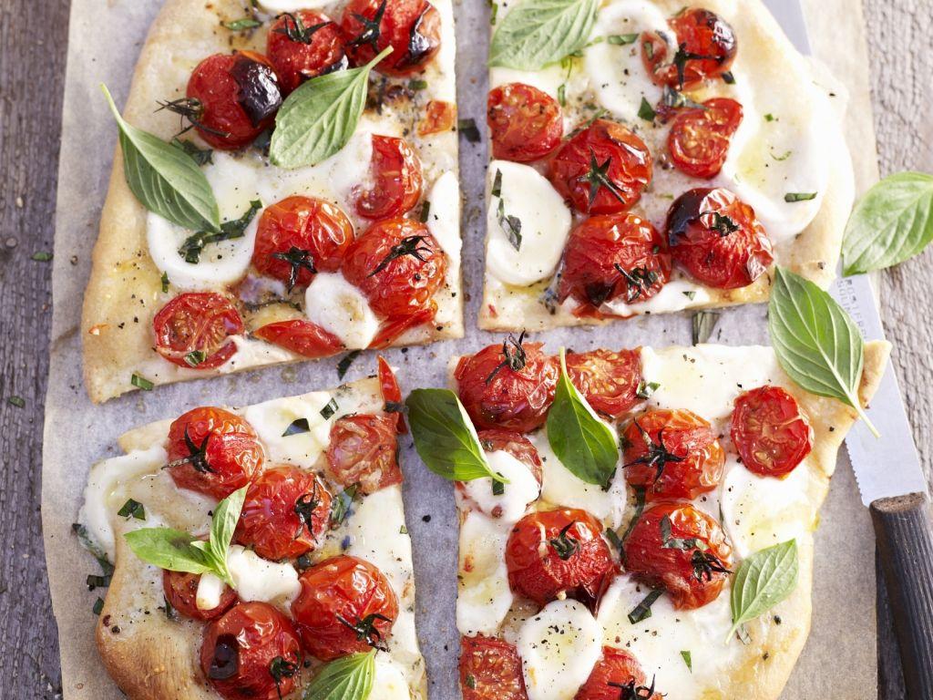 pizza mit tomaten mozzarella und basilikum rezept eat. Black Bedroom Furniture Sets. Home Design Ideas