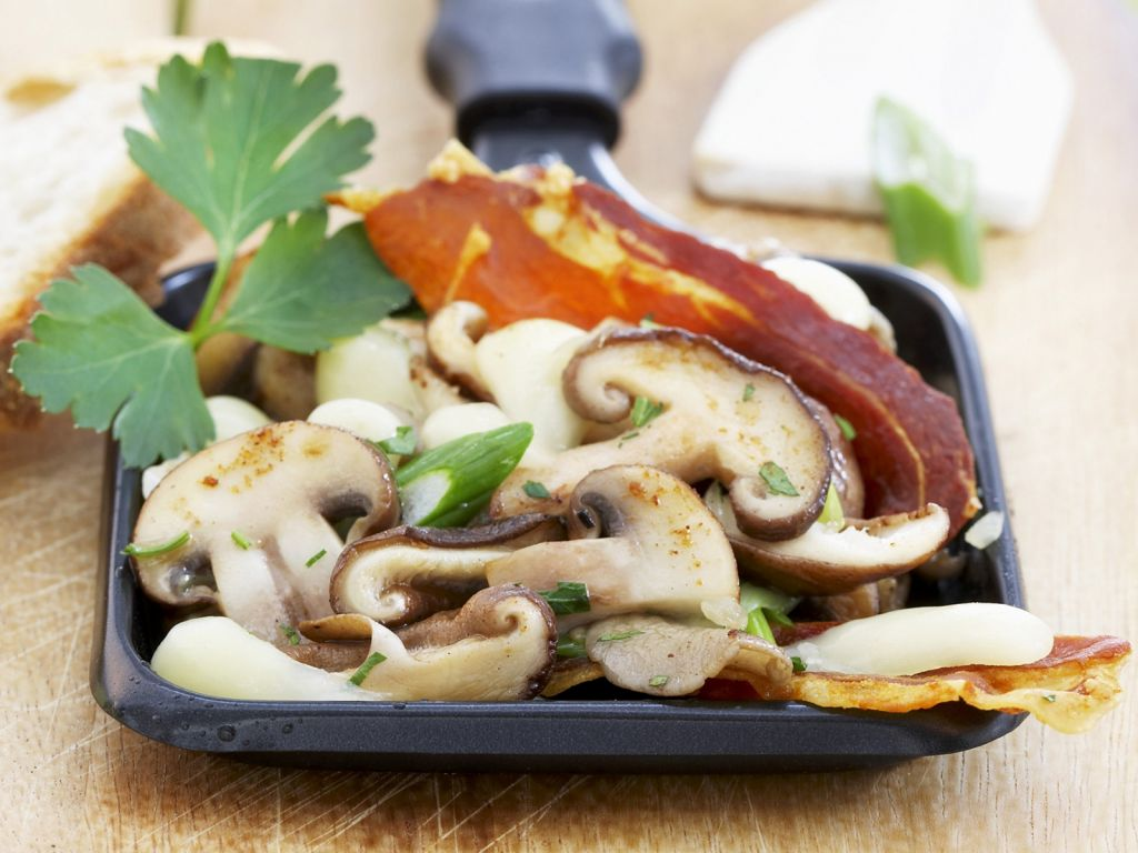 raclette mit champignons rohschinken und mozzarella rezept eat smarter. Black Bedroom Furniture Sets. Home Design Ideas