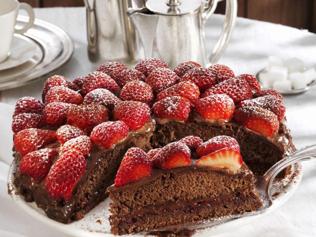 Schokoladenkuchen mit Erdbeeren Rezept | EAT SMARTER