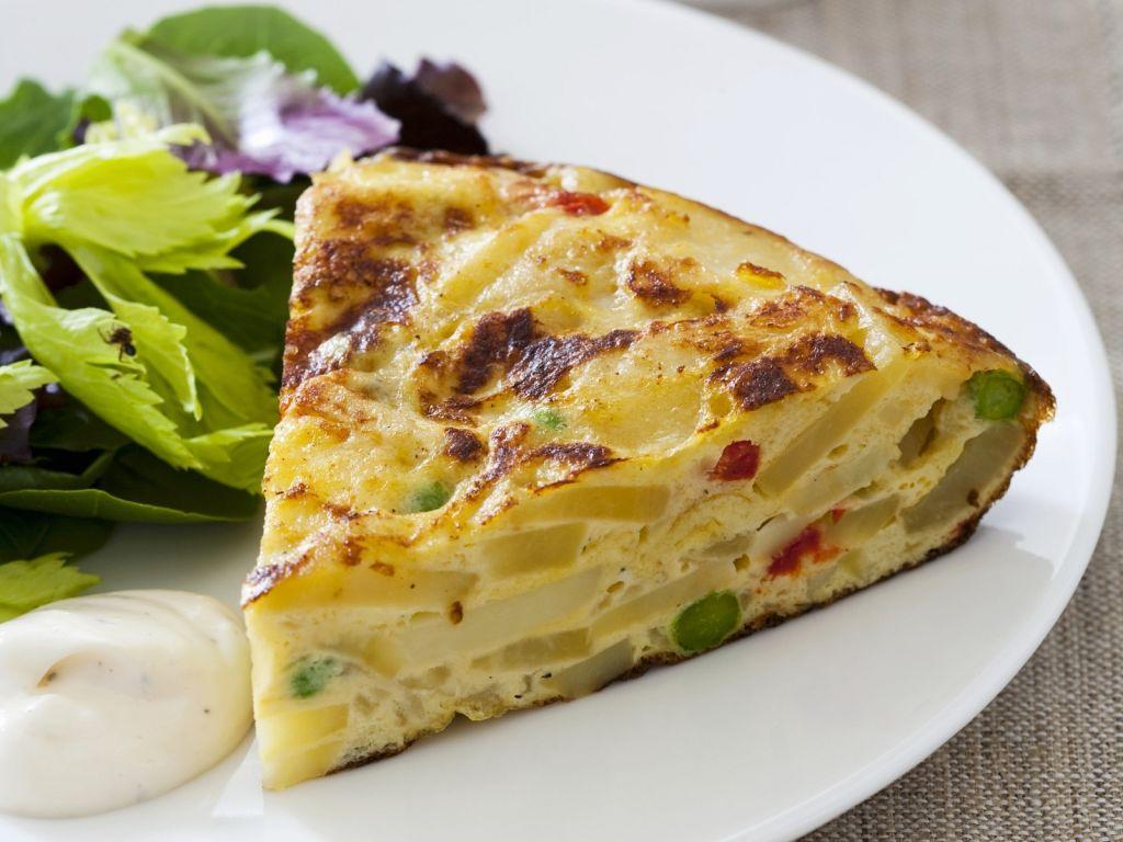 Spanisches Kartoffel-Omelett mit grünem Salat Rezept | EAT