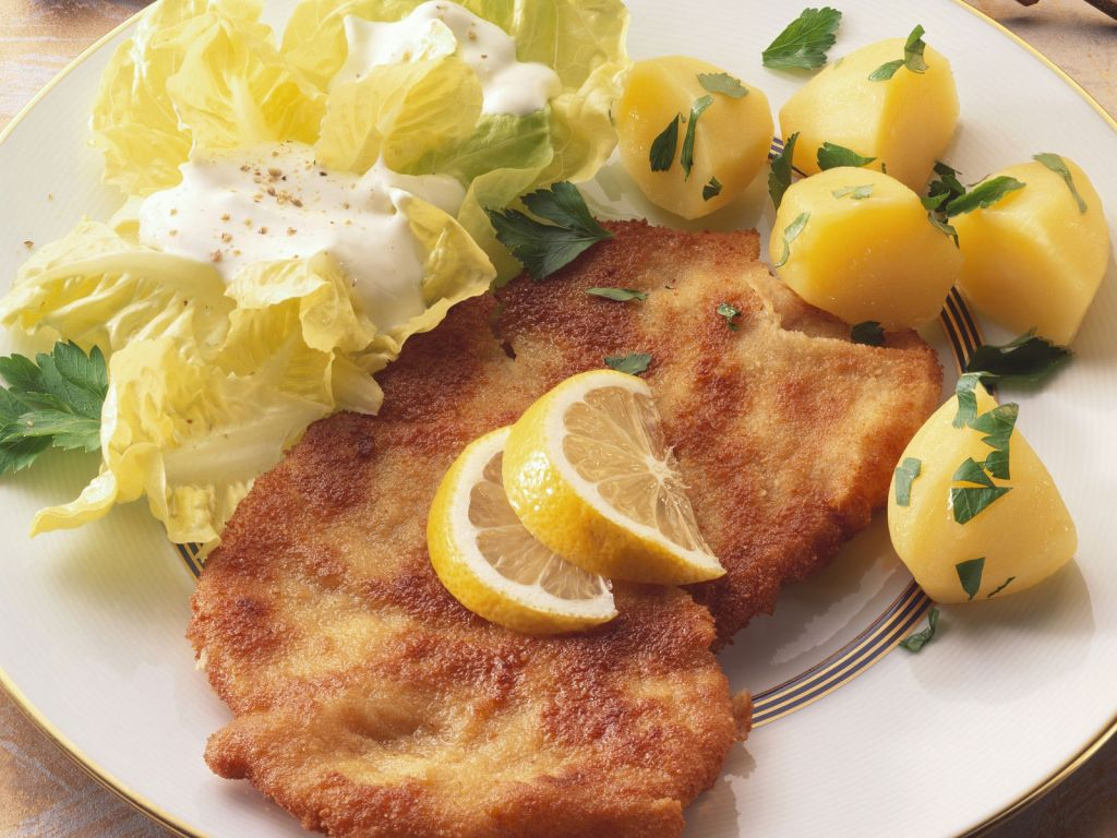 wiener schnitzel mit salat und kartoffeln rezept eat smarter. Black Bedroom Furniture Sets. Home Design Ideas