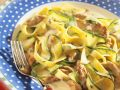 Bandnudeln mit Zucchini und Putenstreifen Rezept