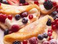 Biskuit-Omelettes mit Cremefüllung und Beeren Rezept
