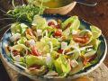 Blattsalat mit Gemüse und Käse Rezept
