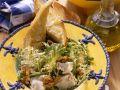 Blattsalat mit Nüssen und Käse Rezept