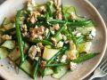 Bohnensalat mit Gurken, Käse und Nüssen Rezept