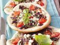 Brotfladen mit Gemüse, Sardellen und Schafskäse Rezept