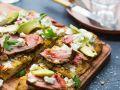 Focaccia vom Grill mit Steakstreifen und Ziegenkäse Rezept