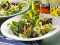 Frühlingshafter Salat mit Wachteleiern und jungem Gemüse Rezept