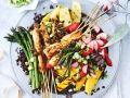 Garnelenspieße mit Spargel, Obst und schwarzem Reis Rezept