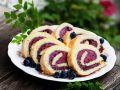 Geeiste Biskuit-Heidelbeerrolle Rezept