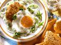 Geflügel-Buletten mit Spiegelei, dazu Joghurtsoße Rezept