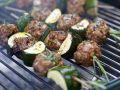 Gegrillte Fleischbällchenspieße mit Zucchini Rezept