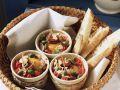 Kleine Eierpfannen mit Kapern und Tomaten dazu Weißbrot Rezept