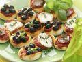Kleine Pizza-Happen mit Olive, Mozzarella und Schinken Rezept