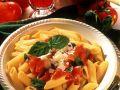 Nudeln mit Tomatensauce, Kräutern und Käse Rezept