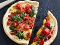Pizza mit Bacon und Pesto Rezept