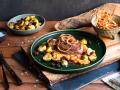 Rinderfilet mit Süßkartoffelstampf, Rosenkohl und Röstzwiebeln Rezept