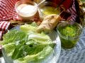 Romanasalat mit Mayonnaise, Vinaigrette und Minz-Dip Rezept