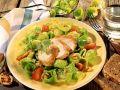 Rosenkohlsalat mit Hähnchen, Tomaten und Walnusskernen Rezept