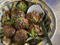 Scharfe Paprika-Buletten mit gebratenen Auberginen Rezept