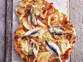 Scharfe Pizza mit Sardinen und Zwiebeln Rezept