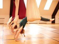 Völlig losgelöst beim Aerial Yoga