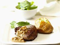 Angusrind-Filet mit Nusssoße und gebackener Kartoffel Rezept